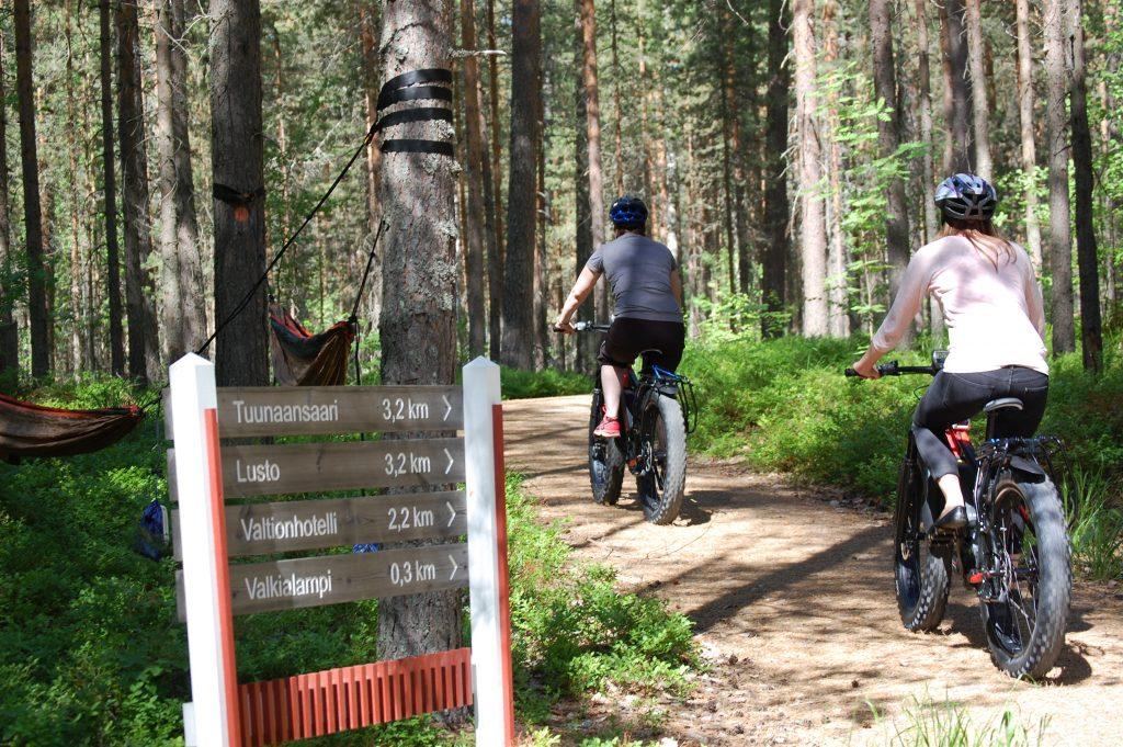 kaksi fatbikeilla pyöräilevää